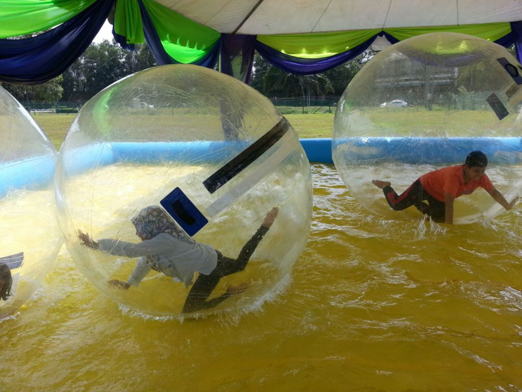 Inflatable Pool with 5 Rolling Balls